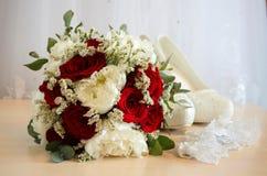Ramalhete nupcial com as rosas vermelhas e brancas fotos de stock
