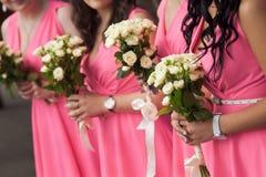 Ramalhete nupcial das flores e das noivas do casamento imagem de stock