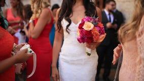 Ramalhete nupcial das rosas, celosia do casamento, Proteus nas mãos o vídeos de arquivo