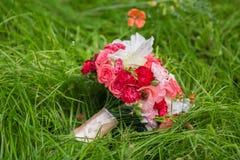 Ramalhete nupcial de várias flores Fotografia de Stock