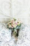 Ramalhete nupcial delicado em uma cama nupcial fotos de stock royalty free