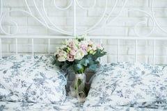 Ramalhete nupcial delicado em uma cama nupcial fotos de stock