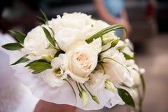 Ramalhete nupcial do casamento branco das rosas de creme, entrelaçado com grama Foto de Stock Royalty Free