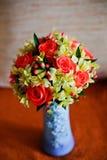 Ramalhete nupcial do casamento de amarelo e de vermelho em um vaso Fotografia de Stock