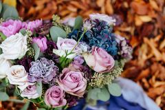 Ramalhete nupcial do casamento no fundo da folha do outono, foto de stock royalty free