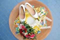 Ramalhete nupcial e sapatas brancas no dia do casamento fotos de stock royalty free