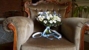 Ramalhete nupcial em uma cadeira
