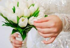 Ramalhete nupcial nas mãos da noiva foto de stock