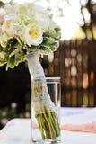 Ramalhete nupcial no frasco na tabela com acentos brancos, verdes, e cor-de-rosa Fotografia de Stock