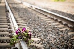 Ramalhete nupcial rústico em trilhas de estrada de ferro Fotografia de Stock