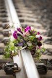 Ramalhete nupcial rústico em trilhas de estrada de ferro Fotos de Stock Royalty Free