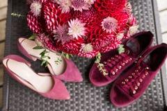 Ramalhete nupcial vermelho das dálias no foco Wedding floristic fotos de stock