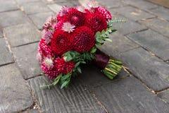 Ramalhete nupcial vermelho das dálias Wedding floristic imagens de stock