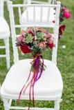 Ramalhete nupcial vermelho impressionante na cadeira branca Cerimónia de casamento Mistura de plantas carnudas, de orquídeas e de Fotografia de Stock