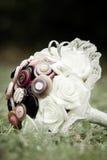Ramalhete original do casamento do stule com alianças de casamento Fotos de Stock Royalty Free