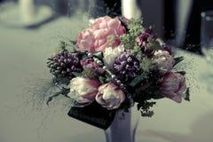 Ramalhete ou peça central da flor Fotografia de Stock