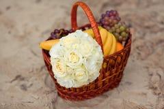 Ramalhete pastel do casamento na cesta de madeira com frutos Fotografia de Stock Royalty Free