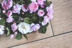 Ramalhete pequeno de rosas cor-de-rosa em um vaso no assoalho foto de stock