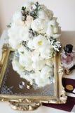 Ramalhete rústico do casamento, bandeja espelhada decorativa e alianças de casamento no nightstand Interior nupcial da sala Compo Fotografia de Stock