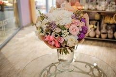 Ramalhete romântico bonito da flor branca, cor-de-rosa, roxa foto de stock royalty free