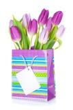 Ramalhete roxo da tulipa no saco do presente Fotografia de Stock