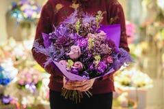 Ramalhete roxo das rosas e dos crisântemos fotos de stock royalty free