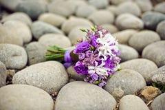Ramalhete roxo em rochas redondas, seixos imagens de stock royalty free