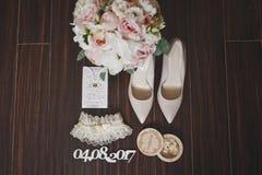 Ramalhete, sapatas e a liga 533 das noivas Fotos de Stock Royalty Free
