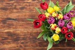 Ramalhete sortido das tulipas Vista superior Fundo de madeira queimado bobina Imagens de Stock Royalty Free