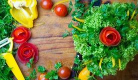 Ramalhete vegetal dos tomates, alface da preparação, papel do sino Placa de corte Foto de Stock Royalty Free
