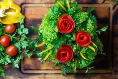 Ramalhete vegetal dos tomates, alface da preparação, papel do sino Placa de corte Imagem de Stock Royalty Free