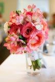 Ramalhete vermelho cor-de-rosa em um vaso fotos de stock
