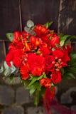 Ramalhete vermelho do casamento em um fundo escuro imagem de stock royalty free