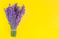 Ramalhete violeta fresco da alfazema das flores em um fundo de madeira amarelo brilhante, espaço da cópia fotos de stock