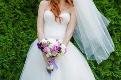 Ramalhetes bonitos das flores prontas para a cerimônia de casamento grande fotografia de stock