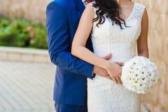 Ramalhetes bonitos das flores prontas para a cerimônia de casamento grande imagem de stock
