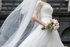 Ramalhetes bonitos das flores prontas para a cerimônia de casamento grande fotos de stock