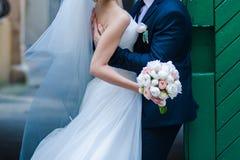 Ramalhetes bonitos das flores prontas para a cerimônia de casamento grande imagem de stock royalty free