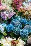 Ramalhetes bonitos no mercado da flor imagem de stock