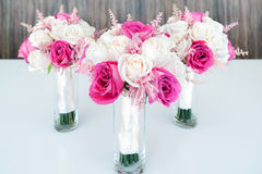 Ramalhetes brancos & cor-de-rosa misturados das rosas Foto de Stock