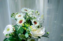 Ramalhetes da flor branca com as cortinas brancas finas imagens de stock royalty free