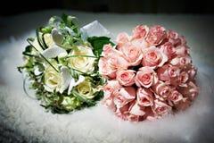 Ramalhetes das flores brancas e de rosas cor-de-rosa Imagem de Stock