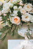 Ramalhetes das rosas brancas, das peônias e do eucalipto em uns vasos Fotografia de Stock