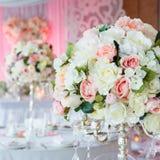 Ramalhetes das rosas e do eustoma no interior do restaurante Imagens de Stock Royalty Free