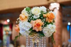 Ramalhetes das rosas em uma tabela festiva do casamento no restaurante Fotos de Stock