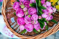 Ramalhetes das rosas no mercado da flor imagem de stock royalty free