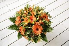 Ramalhetes de florescência da flor na tabela de madeira do vintage Imagem de Stock