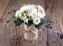Ramalhetes de florescência da flor na tabela de madeira do vintage Foto de Stock