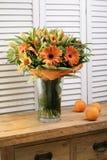 Ramalhetes de florescência da flor na tabela de madeira do vintage Fotografia de Stock