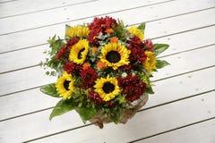 Ramalhetes de florescência da flor na tabela de madeira do vintage Imagens de Stock Royalty Free